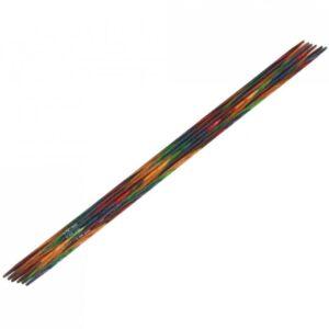 Farverige strømpepinde har alle KnitPro´s gode egenskaber. De er skønne at strikke med og er næsten lydløse. • Strikketøjet glider let hen over pindene • De vejer ikke så meget som metalpinde • De er varme og behagelige at have i hænderne • Der er 2 års garanti på knaster