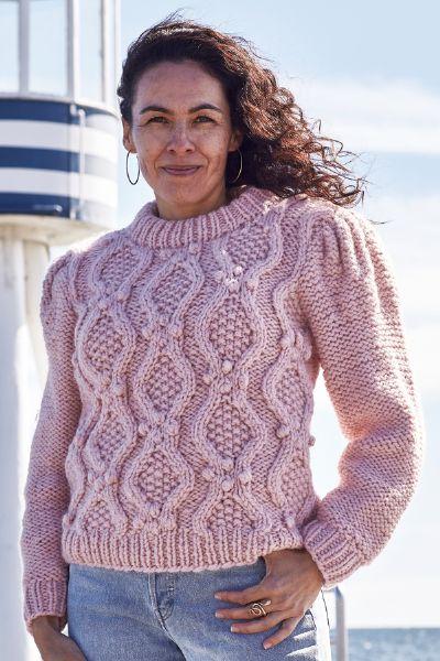 Strikkeopskrift Sweater med kabel og pufærmer