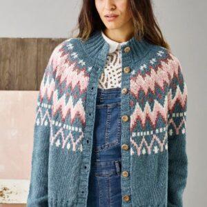 Strikkeopskrift på trøje med mønstret bærestykke