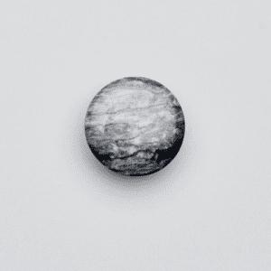 Plastikknap der ligner granit
