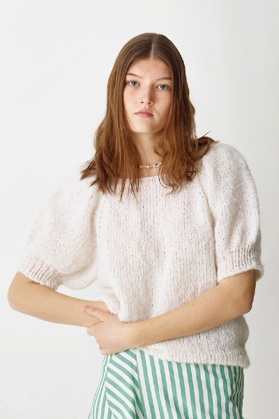 Strikkeopskrift på bluse med pufærmer